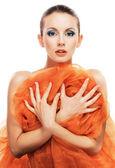 橙色披肩的年轻女人 — 图库照片