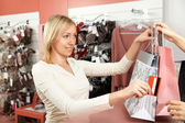 The woman pays off in a boutique — Foto Stock