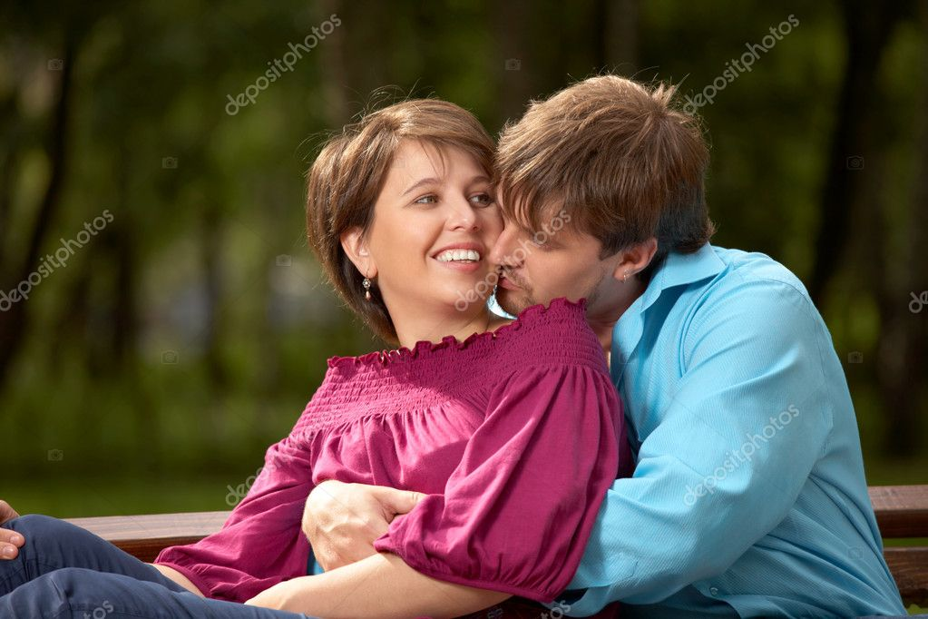 The married couple kisses in a summer garden — Stock Photo #3986896