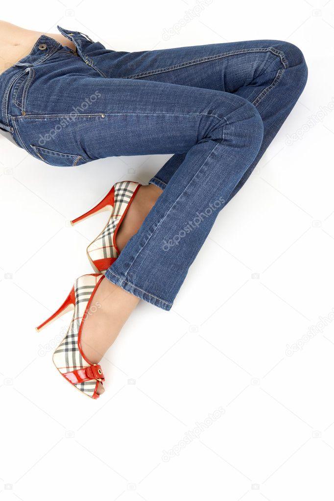 Женские ноги в джинсах