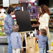 Family in shop — Stockfoto