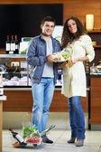 Małżeństwo w sklepie — Zdjęcie stockowe