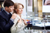 Couple in jeweller shop — Stock Photo