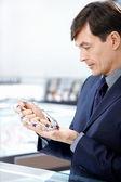 O homem escolhe um colar — Foto Stock