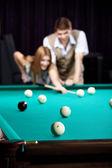 пара играет бильярд — Стоковое фото