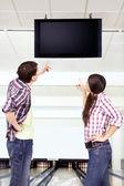 Paar blick auf das scoreboard — Stockfoto