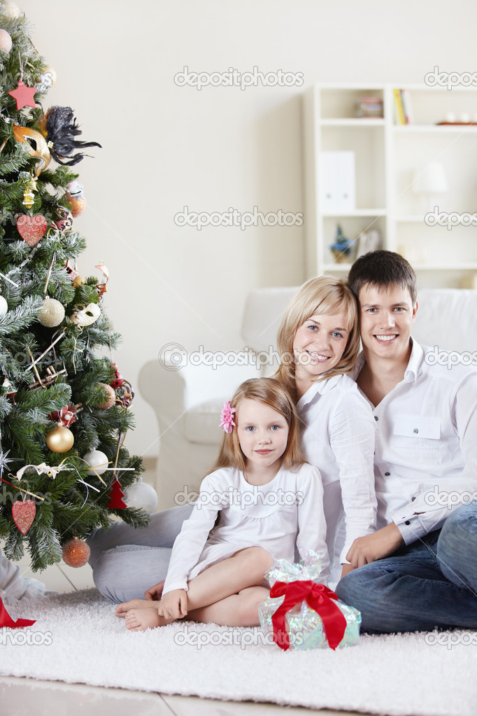 Families with a child at home with decked spruce — Stock fotografie #4247836