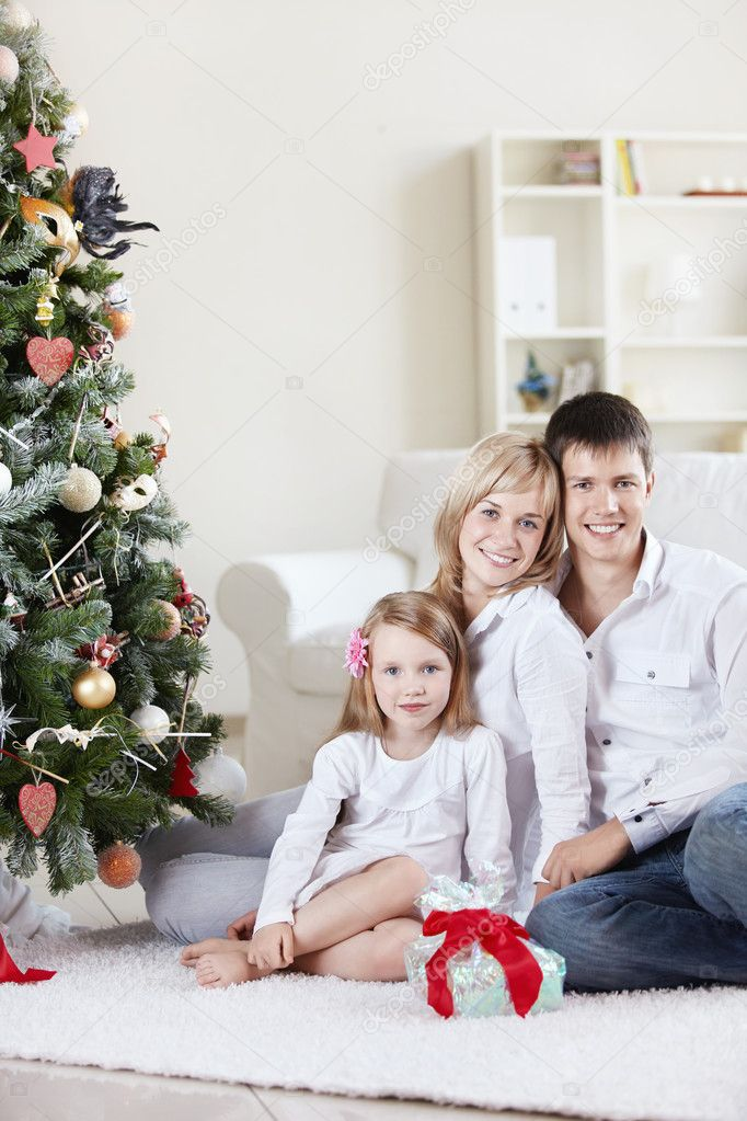 Families with a child at home with decked spruce — Stock Photo #4247836