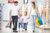 Shopping i en butik — Stockfoto