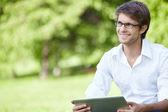 Usmívající se muž venku — Stock fotografie