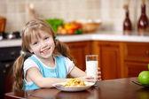 La niña tiene desayuno — Foto de Stock