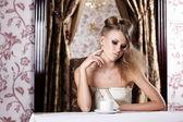 Das schöne Mädchen im café — Stockfoto
