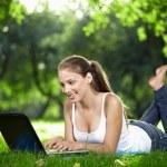 flicka med laptop — Stockfoto