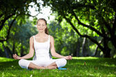 Woman meditating — Stockfoto
