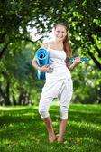 Attraktive sportliche mädchen im park — Stockfoto