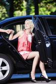 Piękna dziewczyna pochodzi z samochodu — Zdjęcie stockowe