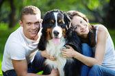 Genç bir çift ile bir köpek — Stok fotoğraf