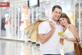 Couple in store with a credit card — Stok fotoğraf
