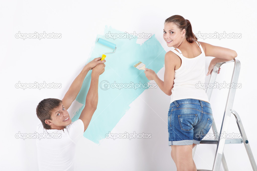 Attractive young couple paint the walls — Stock Photo #4689210
