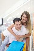 La coppia felice con lo shopping — Foto Stock