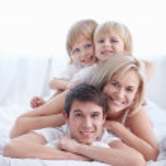 Familie im Schlafzimmer — Stockfoto