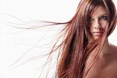 En tjej med långt hår — Stockfoto