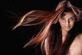 Hermosa chica con el pelo rojo — Foto de Stock