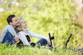 Um casal com bicicletas — Fotografia Stock