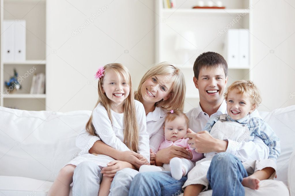 A happy young couple on the couch at home — Stock Photo #4716363
