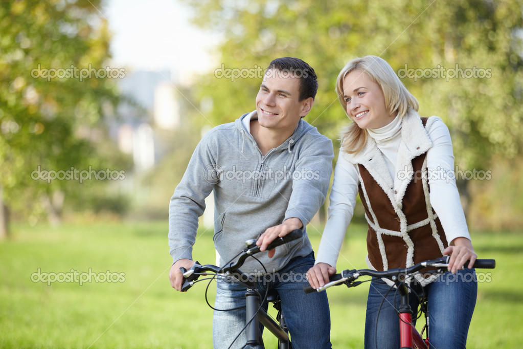 Smiling couple on bicycles in the park — Stock Photo #4716816