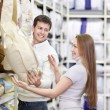 The young couple shops in shop — Stock Photo