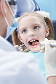 Child examines the dentist in the clinic — Stock Photo