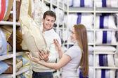 Genç çift dükkan dükkan — Stok fotoğraf