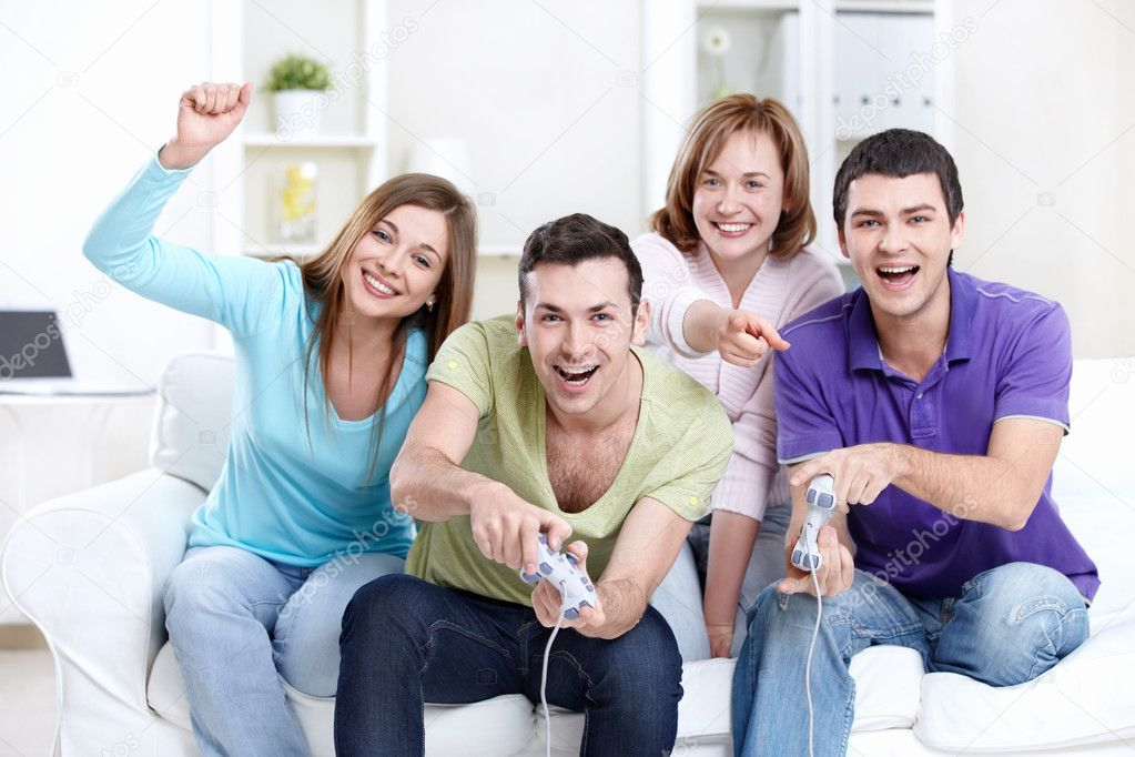 Young friends playing video games at home — Stock Photo #5040178