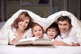 Genitori con bambini — Foto Stock
