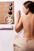 Ung naken flicka göra spa-behandlingar — Stockfoto