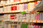 Shopping cart in supermarket — Stockfoto