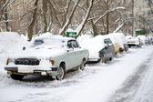 駐車中の車や雪 — ストック写真