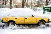 Geparkeerde auto en sneeuw close-up — Stockfoto