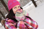 Belle jeune femme en plein air en hiver — Photo