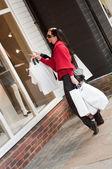 Mujeres sonrientes felices compras con bolsas blancas — Foto de Stock
