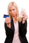 Mulher de negócios com um cartão de crédito e dinheiro na mão dela — Foto Stock