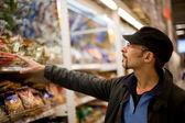Mężczyzna kupuje posiłek — Zdjęcie stockowe