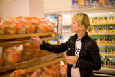 The woman buys bread — Stock Photo