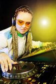 Mujer dj tocando música por el mezclador — Foto de Stock