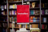 Zone de meilleures ventes en librairie - beaucoup de livres en arrière-plan. — Photo