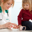 Doctor with little girl in exam room — Stok fotoğraf