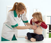 Arzt Kinderarzt untersuchen Mädchen — Stockfoto