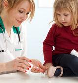 Médecin avec la petite fille dans la salle d'examen — Photo