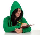 Poważne kobieta pismo w schowku — Zdjęcie stockowe